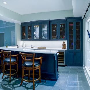 Ispirazione per un angolo bar chic con ante con riquadro incassato, ante blu, top in quarzo composito, paraspruzzi bianco, pavimento con piastrelle in ceramica, pavimento grigio e top bianco