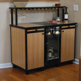 Esempio di un carrello bar design di medie dimensioni con ante lisce, ante in legno chiaro, top piastrellato e pavimento in legno massello medio