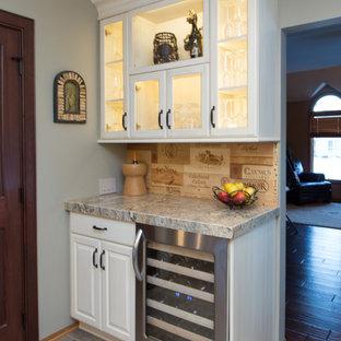 Idee per un piccolo angolo bar chic con ante di vetro, ante bianche, top in granito, paraspruzzi in legno, pavimento in ardesia e paraspruzzi beige