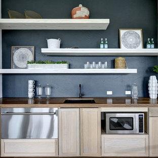 オースティンの北欧スタイルのおしゃれなウェットバー (アンダーカウンターシンク、シェーカースタイル扉のキャビネット、淡色木目調キャビネット、木材カウンター、黒いキッチンパネル、茶色いキッチンカウンター) の写真