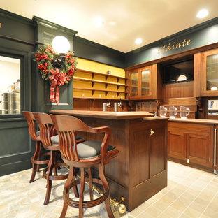 ニューヨークの広いトラディショナルスタイルのおしゃれな着席型バー (ガラス扉のキャビネット、濃色木目調キャビネット、木材カウンター、ミラータイルのキッチンパネル、ライムストーンの床、コの字型) の写真