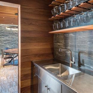 Idee per un angolo bar rustico con lavello integrato, ante lisce, top in acciaio inossidabile e paraspruzzi grigio