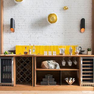 ニューヨークのインダストリアルスタイルのおしゃれなホームバー (I型、シンクなし、オープンシェルフ、中間色木目調キャビネット、木材カウンター、白いキッチンパネル、茶色いキッチンカウンター) の写真