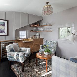 Esempio di un armadio bar costiero con ante in legno chiaro, parquet scuro e pavimento marrone