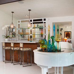 Ejemplo de bar en casa retro, de tamaño medio, con suelo de baldosas de porcelana y suelo blanco