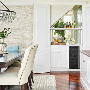 Ejemplo de bar en casa lineal, marinero, sin pila, con puertas de armario blancas, armarios estilo shaker, salpicadero con efecto espejo, suelo de madera en tonos medios y encimeras blancas