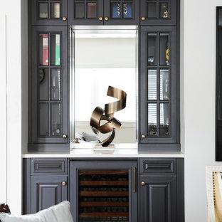 バンクーバーの中サイズのエクレクティックスタイルのおしゃれなウェット バー (レイズドパネル扉のキャビネット、黒いキャビネット、クオーツストーンカウンター、ミラータイルのキッチンパネル、淡色無垢フローリング) の写真