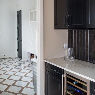 Ispirazione per un armadio bar minimal di medie dimensioni con paraspruzzi marrone e pavimento in legno massello medio