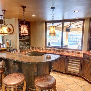 Idee per un bancone bar mediterraneo con ante in legno bruno