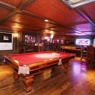 Exemple d'un très grand bar de salon parallèle éclectique avec un sol en bois brun.