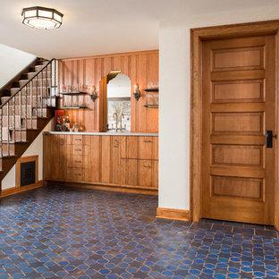 Esempio di un angolo bar con lavandino mediterraneo di medie dimensioni con lavello integrato, ante lisce, ante in legno scuro, paraspruzzi in legno, pavimento con piastrelle in ceramica, pavimento blu, top in acciaio inossidabile e top grigio
