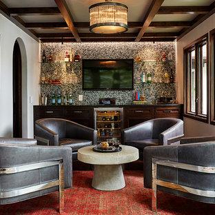 Idee per un piccolo bancone bar tradizionale con ante in legno bruno, paraspruzzi multicolore, paraspruzzi con piastrelle a mosaico, parquet scuro e ante con riquadro incassato