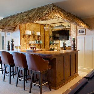 ニューヨークの中くらいのトロピカルスタイルのおしゃれな着席型バー (濃色木目調キャビネット、木材カウンター、ミラータイルのキッチンパネル、カーペット敷き、茶色いキッチンカウンター) の写真