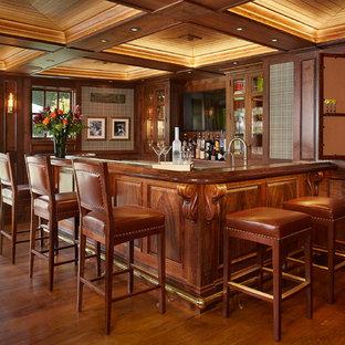 Idee per un armadio bar tradizionale di medie dimensioni con lavello sottopiano, ante a filo, ante in legno bruno, top in rame e parquet scuro