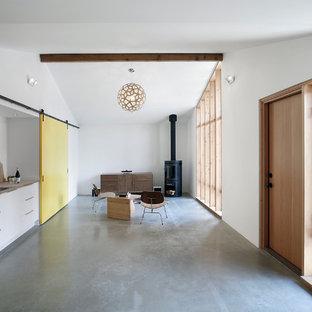 Imagen de bar en casa con fregadero lineal, retro, pequeño, con puertas de armario blancas, encimera de madera, salpicadero blanco, suelo de cemento, fregadero encastrado y armarios con paneles lisos