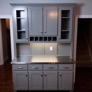 ジャクソンビルの小さいトラディショナルスタイルのおしゃれなウェット バー (I型、シェーカースタイル扉のキャビネット、グレーのキャビネット、ステンレスカウンター、グレーのキッチンパネル、木材のキッチンパネル、濃色無垢フローリング) の写真