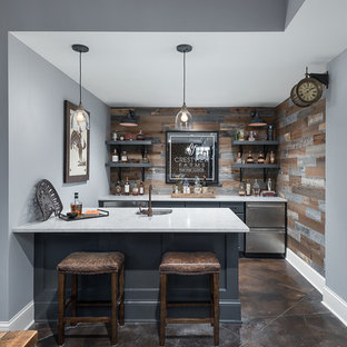 シカゴのトランジショナルスタイルのおしゃれなホームバー (ll型、アンダーカウンターシンク、落し込みパネル扉のキャビネット、青いキャビネット、マルチカラーのキッチンパネル、木材のキッチンパネル、茶色い床、白いキッチンカウンター) の写真