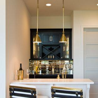 Ispirazione per un bancone bar contemporaneo di medie dimensioni con ante di vetro, ante nere, top in granito, paraspruzzi a specchio, parquet chiaro, pavimento marrone e top multicolore