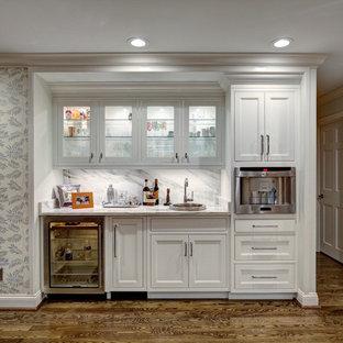Idee per un armadio bar design di medie dimensioni con lavello da incasso, ante a filo, ante bianche, top in marmo, paraspruzzi bianco, paraspruzzi in marmo, pavimento in legno massello medio e pavimento marrone