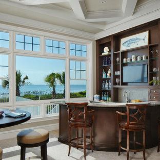 マイアミの小さいトロピカルスタイルのおしゃれな着席型バー (オープンシェルフ、濃色木目調キャビネット、ベージュの床) の写真