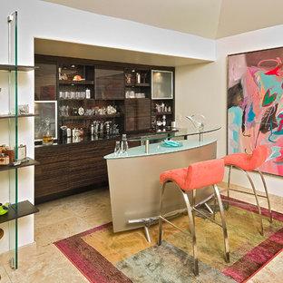 Esempio di un bancone bar contemporaneo di medie dimensioni con lavello sottopiano, ante lisce, ante in legno bruno e top in vetro
