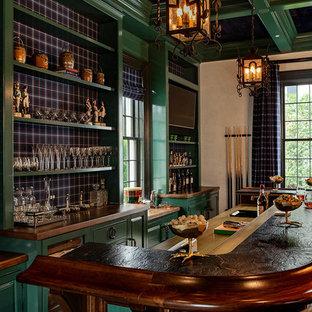 ニューヨークのトラディショナルスタイルのおしゃれなホームバー (ドロップインシンク、レイズドパネル扉のキャビネット、緑のキャビネット、マルチカラーのキッチンパネル、グレーの床) の写真