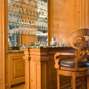 ワシントンD.C.の小さいトラディショナルスタイルのおしゃれな着席型バー (無垢フローリング、ll型、レイズドパネル扉のキャビネット、中間色木目調キャビネット、ミラータイルのキッチンパネル) の写真