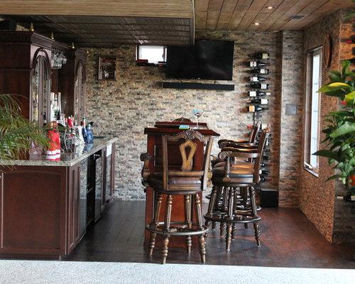 Angolo bar con ante marroni e parquet scuro foto idee arredamento