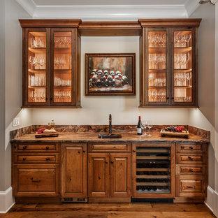 Foto på en vintage bruna linjär hemmabar med vask, med en nedsänkt diskho, luckor med upphöjd panel, skåp i mellenmörkt trä och mellanmörkt trägolv