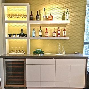 Immagine di un piccolo angolo bar minimalista