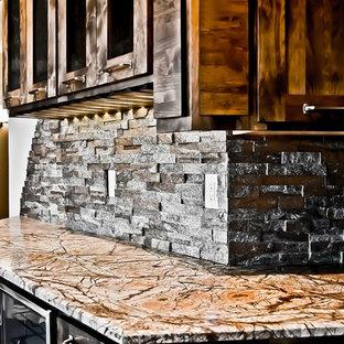 Idee per un grande angolo bar con lavandino classico con nessun lavello, ante in stile shaker, ante in legno bruno, paraspruzzi grigio, paraspruzzi in lastra di pietra, top in granito, parquet scuro, pavimento marrone e top multicolore