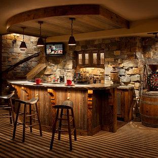 Ispirazione per un bancone bar rustico con ante in legno scuro e pavimento multicolore