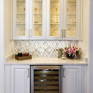 オースティンのトラディショナルスタイルのおしゃれなホームバー (I型、シンクなし、ガラス扉のキャビネット、白いキャビネット、マルチカラーのキッチンパネル、白いキッチンカウンター) の写真