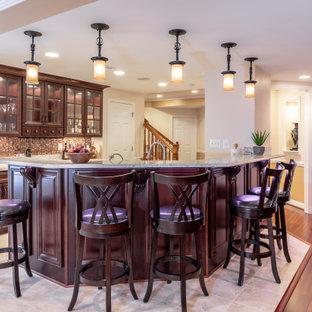 Foto di un grande angolo bar tradizionale con pavimento in legno massello medio e pavimento marrone