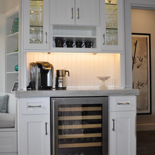 ロサンゼルスの小さいトラディショナルスタイルのおしゃれなホームバー (落し込みパネル扉のキャビネット、白いキャビネット、珪岩カウンター、グレーのキッチンパネル、濃色無垢フローリング、シンクなし) の写真