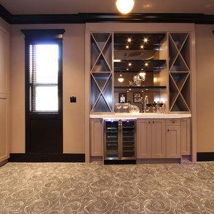 バンクーバーの中くらいのトランジショナルスタイルのおしゃれなウェット バー (I型、アンダーカウンターシンク、シェーカースタイル扉のキャビネット、ベージュのキャビネット、人工大理石カウンター、ミラータイルのキッチンパネル、カーペット敷き) の写真