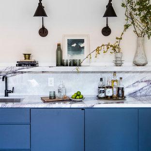 サンフランシスコのコンテンポラリースタイルのおしゃれなウェット バー (I型、アンダーカウンターシンク、フラットパネル扉のキャビネット、青いキャビネット、白いキッチンパネル、白いキッチンカウンター) の写真