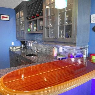 Immagine di un piccolo angolo bar con lavandino costiero con ante di vetro, ante grigie, top in granito, paraspruzzi multicolore, paraspruzzi con piastrelle di vetro e pavimento con piastrelle in ceramica