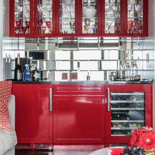 ニューヨークのトランジショナルスタイルのおしゃれなウェット バー (I型、ガラス扉のキャビネット、赤いキャビネット、ミラータイルのキッチンパネル) の写真
