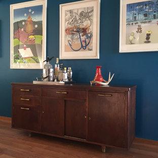 Ispirazione per un angolo bar minimalista di medie dimensioni con consolle stile comò, ante in legno bruno, top in legno, pavimento in laminato, top marrone e pavimento marrone