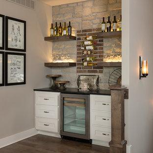 Immagine di un angolo bar stile americano con ante in stile shaker, ante bianche, paraspruzzi rosso, paraspruzzi in mattoni e parquet scuro