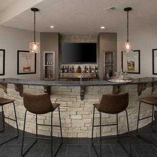 Esempio di un angolo bar con lavandino chic con nessun'anta, paraspruzzi beige, paraspruzzi con piastrelle in pietra, pavimento nero e top nero