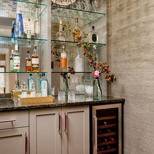 デンバーの小さいコンテンポラリースタイルのおしゃれなウェット バー (I型、シェーカースタイル扉のキャビネット、グレーのキャビネット、珪岩カウンター、ミラータイルのキッチンパネル、マルチカラーのキッチンカウンター) の写真