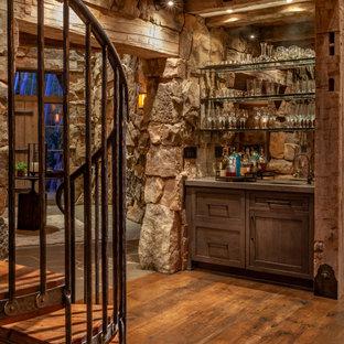 Ispirazione per un angolo bar con lavandino rustico di medie dimensioni con ante in stile shaker, ante in legno bruno, top in cemento, paraspruzzi a specchio, pavimento in legno massello medio, pavimento marrone e top grigio