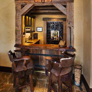 Idee per un bancone bar mediterraneo con top in legno e pavimento marrone