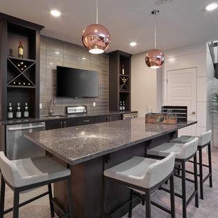 エドモントンの中くらいのトランジショナルスタイルのおしゃれなウェット バー (ll型、アンダーカウンターシンク、濃色木目調キャビネット、御影石カウンター、グレーのキッチンパネル、セラミックタイルの床、ガラスタイルのキッチンパネル、シェーカースタイル扉のキャビネット) の写真
