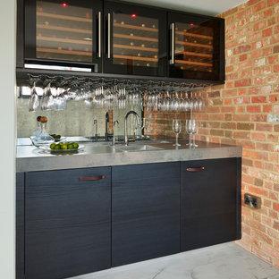 バークシャーのコンテンポラリースタイルのおしゃれなウェット バー (I型、ドロップインシンク、フラットパネル扉のキャビネット、青いキャビネット、ミラータイルのキッチンパネル、グレーの床、グレーのキッチンカウンター) の写真