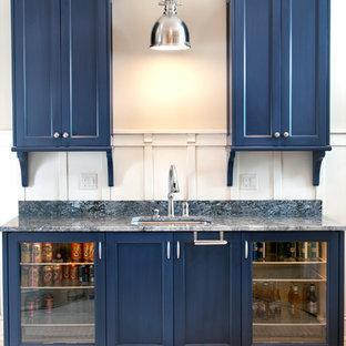 グランドラピッズのトラディショナルスタイルのおしゃれなホームバー (青いキッチンカウンター) の写真