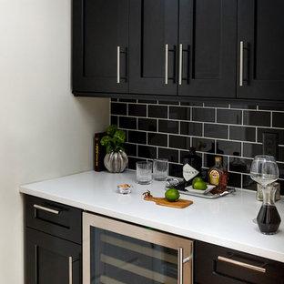 Ejemplo de bar en casa clásico renovado, sin pila, con armarios estilo shaker, puertas de armario negras, salpicadero negro y salpicadero de azulejos tipo metro
