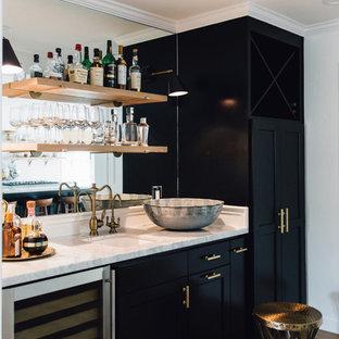 Cette photo montre un bar de salon avec évier linéaire chic de taille moyenne avec un évier encastré, un placard avec porte à panneau encastré, des portes de placard noires, un plan de travail en quartz, une crédence en carreau de miroir et un sol en bois clair.